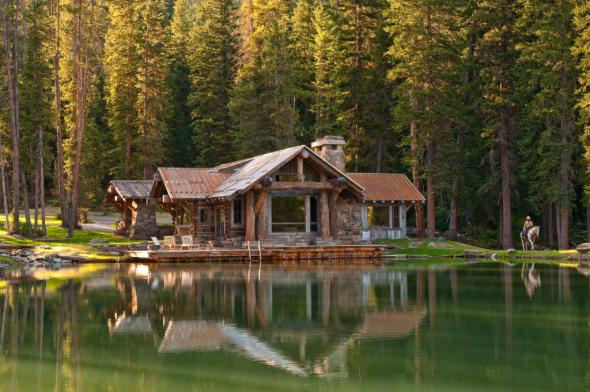 Дом в лесу на берегу озера