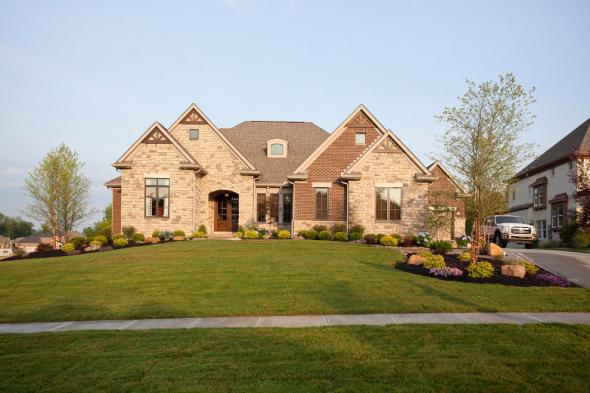 Кирпичный дом с лужайкой
