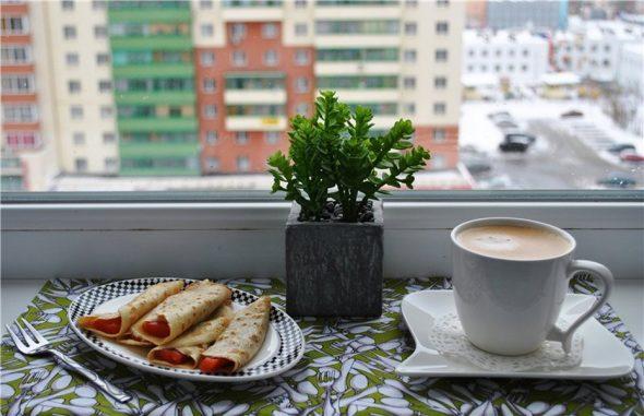 Чашка кофе и блинчики