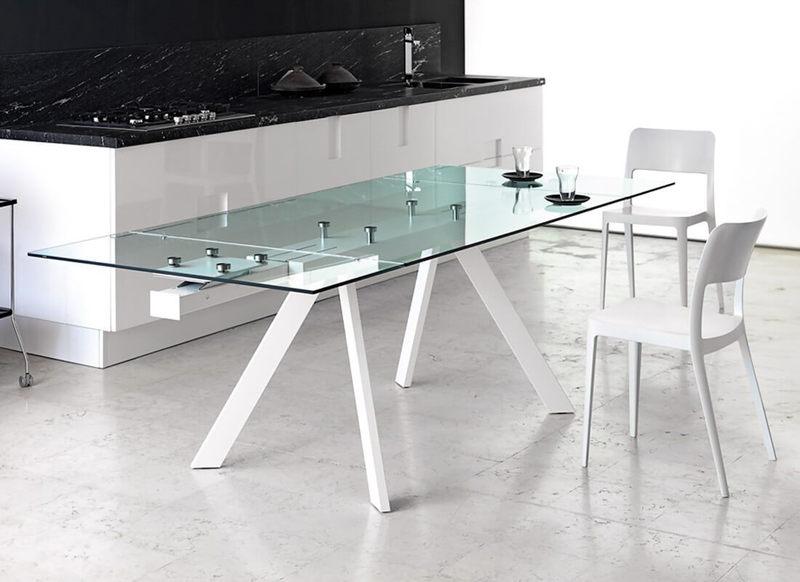Стеклянный стол в интерьере кухни и столовой