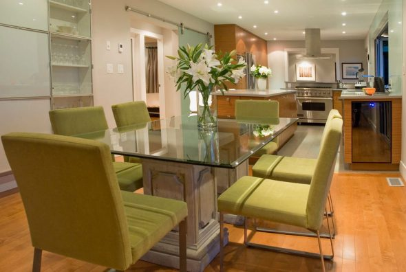 Стеклянный обеденный стол в интерьере