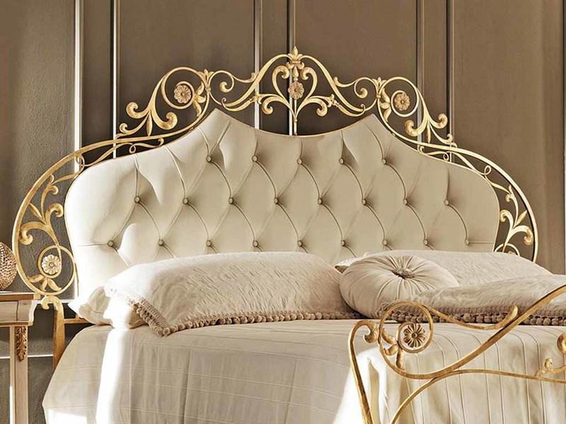 Кровать с кованым изголовьем в интерьере спальни