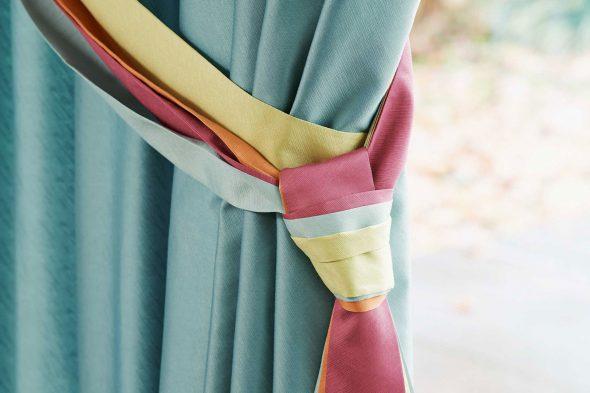 Разноцветный фантазийный захват на шторе