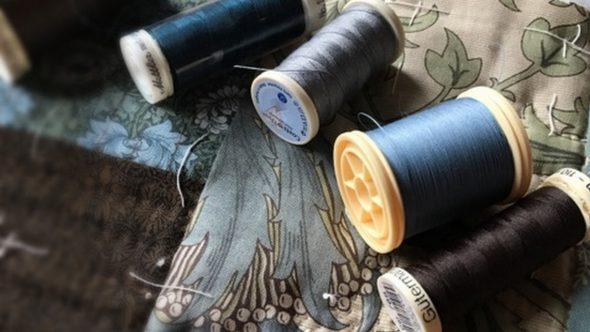 Катушки ниток на ткани