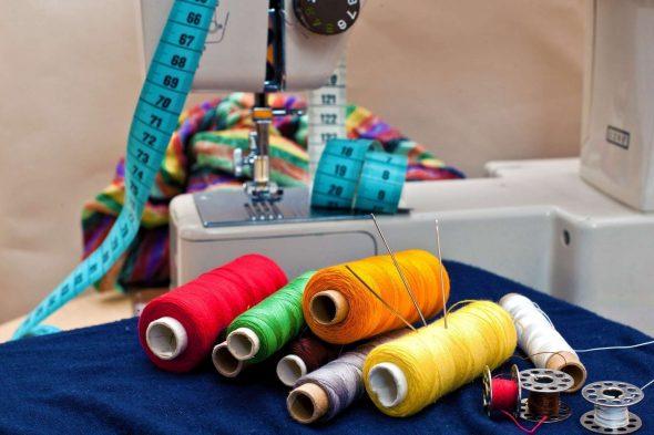 Швейная машинка, нитки, ткань, сантиметр