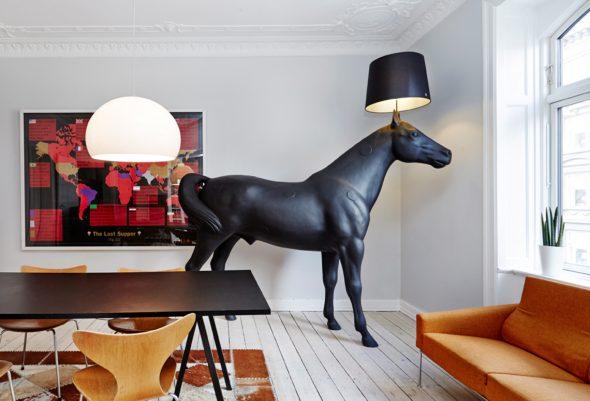 Торшер в виде коня в натуральную величину