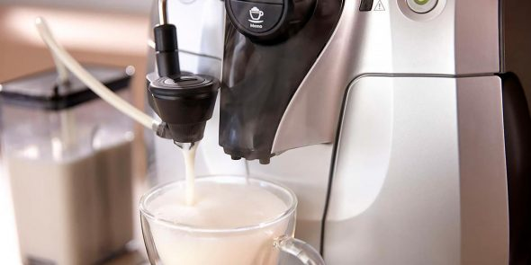 Кофемашина взбивает молоко