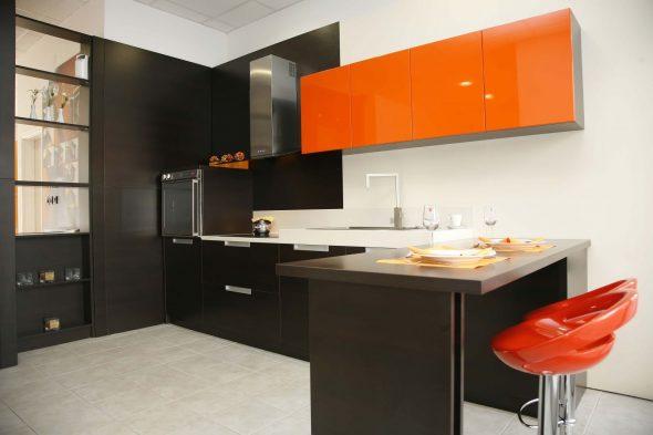 Кухня с оранжевым верхом