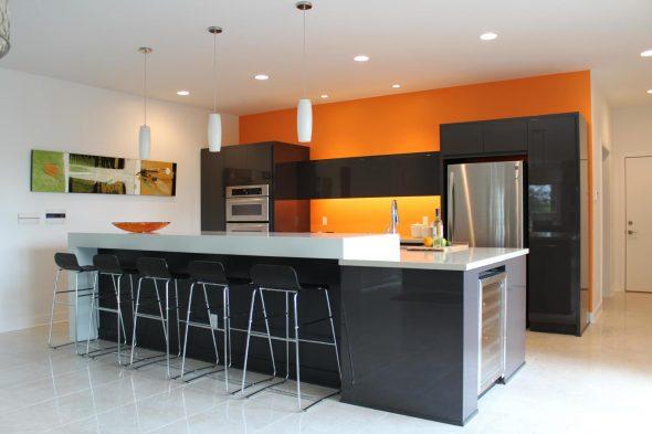 Отделка стен оранжевым