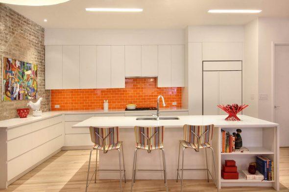 Фартук апельсинового цвета на белой кухне
