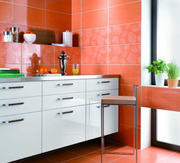 Крупная оранжевая плитка на кухне