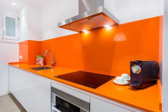 Оранжевая столешница и фартук