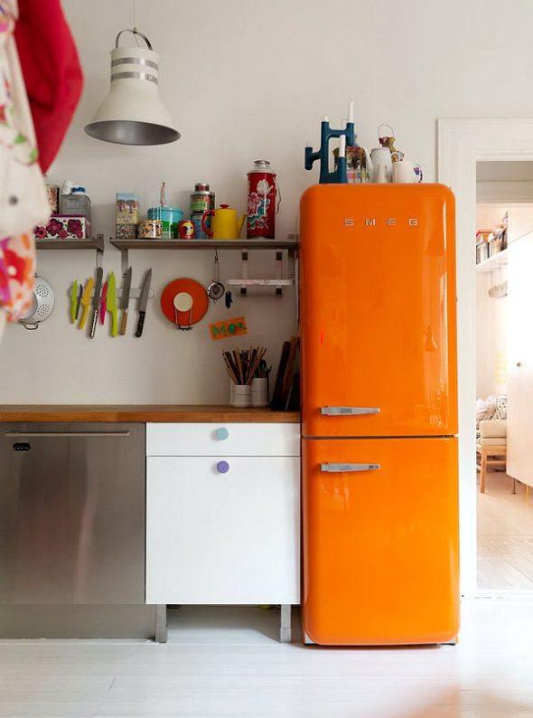 Оранжевый холодильник в стиле ретро