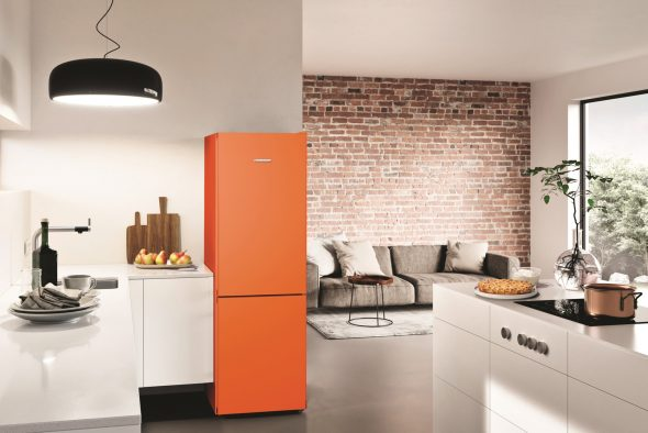 Оранжевый холодильник на минималистичной кухне