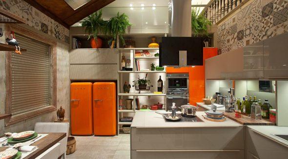 Два оранжевых холодильника на кухне