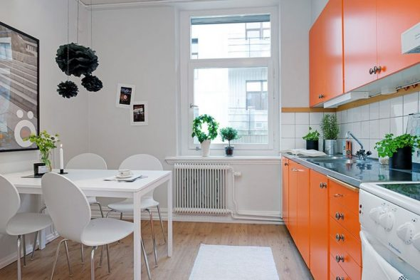 Сочетание оранжевого гарнитура с белой отделкой