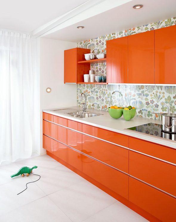 Фартук с цветочным принтом на оранжево-белой кухне