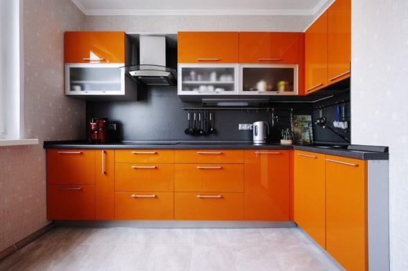 Сочетание глянцевых оранжевых и матовых чёрных поверхностей