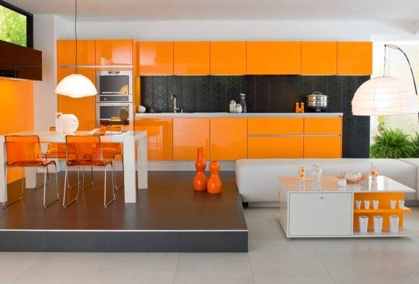 Чёрный фартук на оранжевой кухне