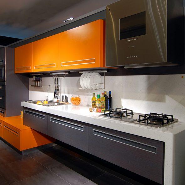 Кухня в оранжевом и дымчатом цветах
