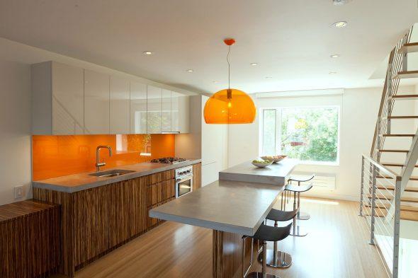 Деревянные поверхности на оранжевой кухне