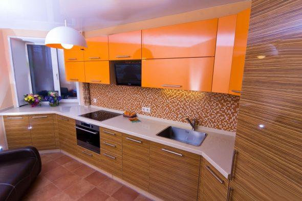 Деревянная фактура и оранжевые фасады