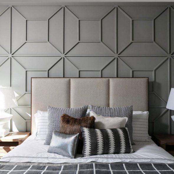 Оформление стены за кроватью молдингами