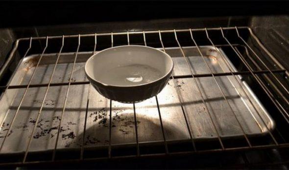 Ёмкость с водой в духовке