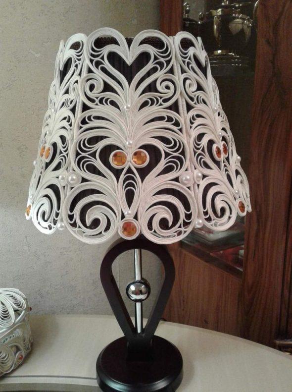 Украшение абажура настольной лампы джутовой филигранью