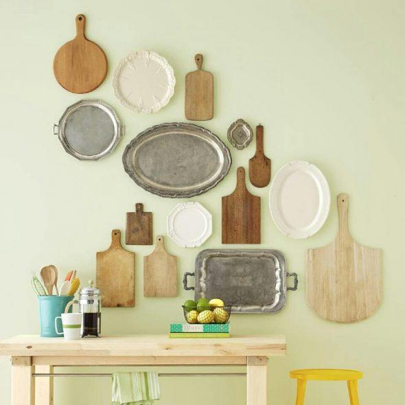 Декор стены тарелками и разделочными досками