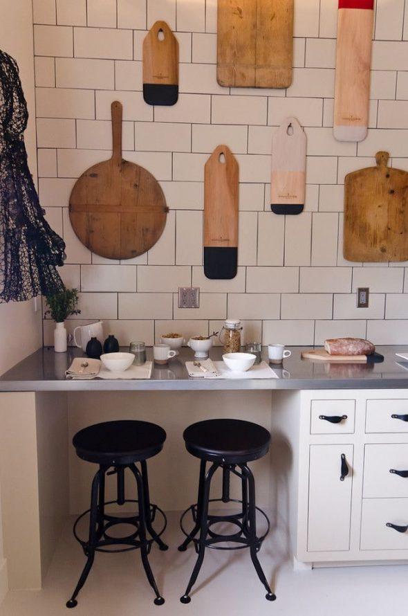 Как повесить разделочные доски для украшения кухни