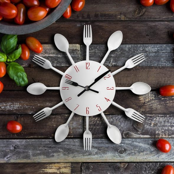 Часы с декором из столовых приборов