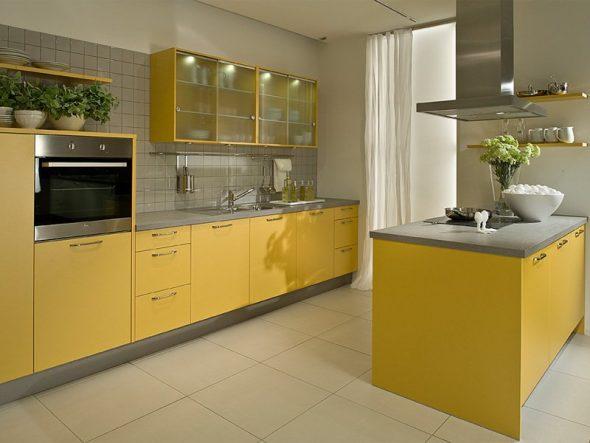 Жёлтая кухня с островком