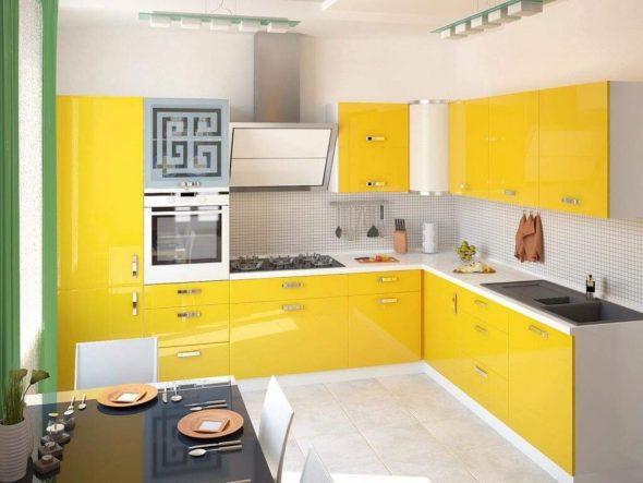 Жёлтая кухня и светлые пол и стены