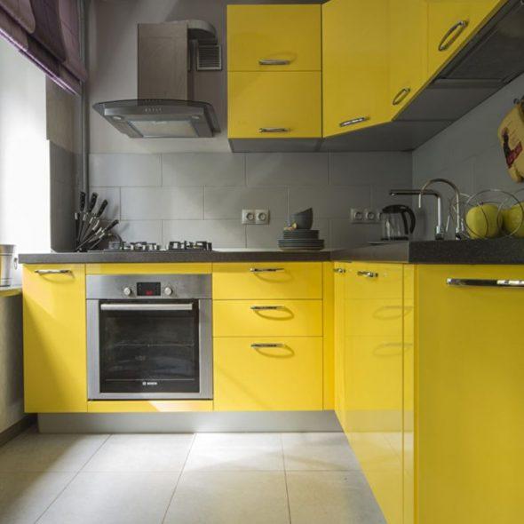 Жёлтая кухня с серой столешницей