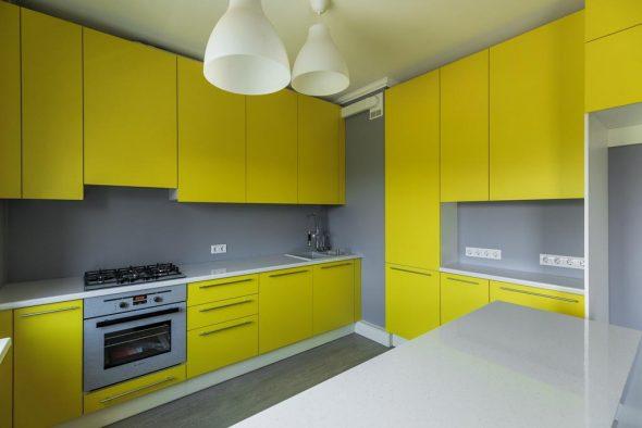 Жёлтая кухня в сером интерьере