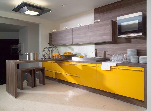 Жёлтая кухня с коричневым деревом
