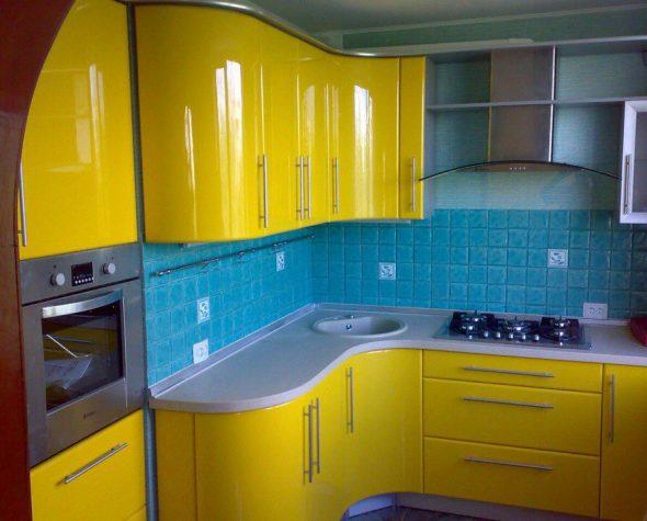 Жёлтая кухня с синим фартуком