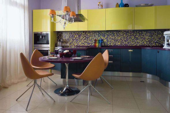 Жёлтая кухня с синим и фиолетовым цветами