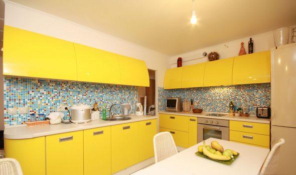 Жёлтая кухня с добавлением голубых оттенком