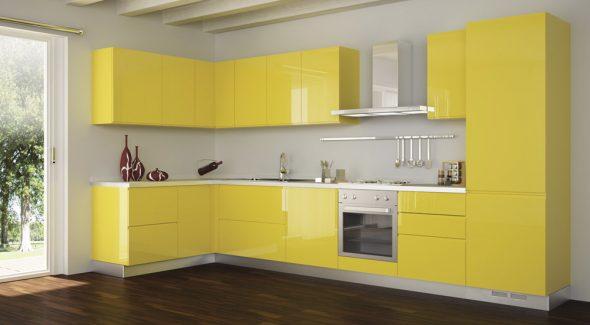 Жёлтая кухня в белом интерьере