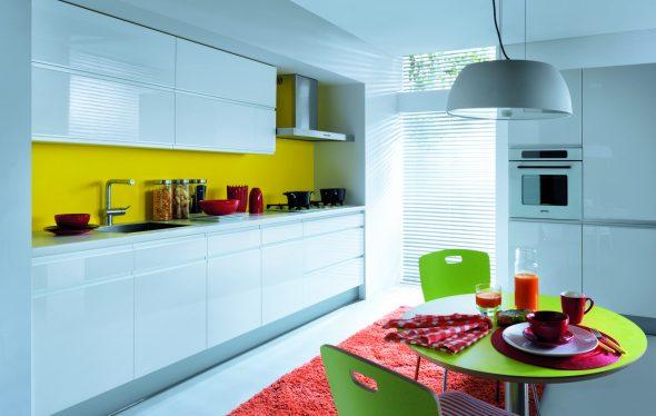 Белый кухонный гарнитур и жёлтая стена