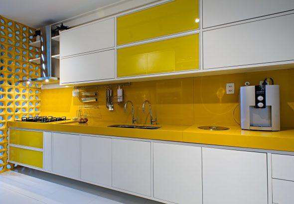 Бело-жёлтая кухня в интерьере