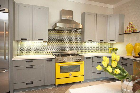 Жёлтая плита на кухне