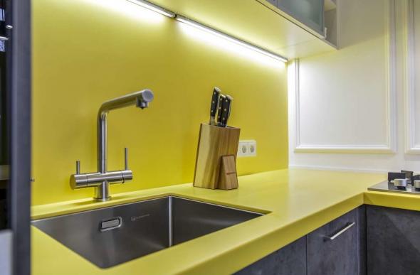 Серая кухня с жёлтой столешницей и жёлтым фартуком