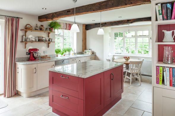 Белая кухня с красным островом