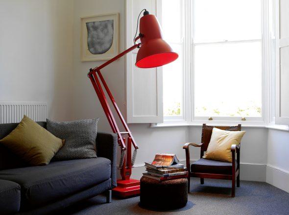 Высокий торшер в форме настольной лампы