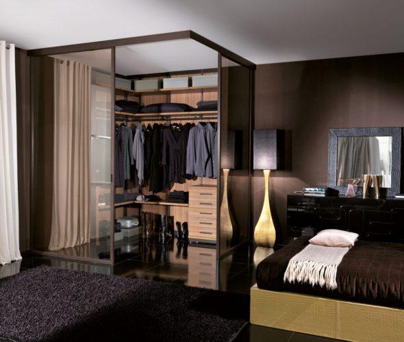Гардеробная с прозрачными дверками в спальне