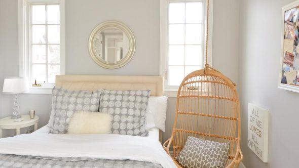 Подвесное кресло в спальне