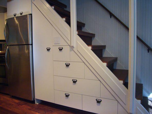 Холодильник под лестницей